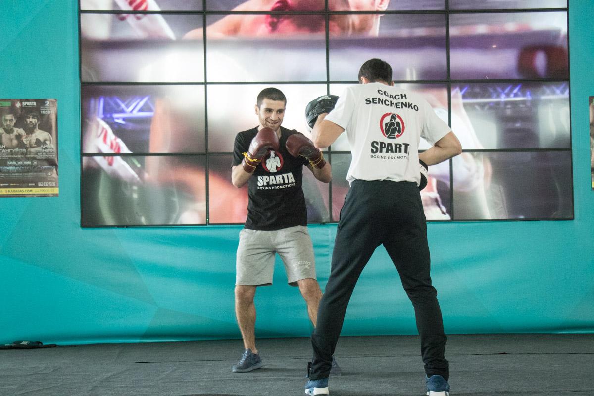 Карен Чухаджян отрабатывает удары со своим тренером