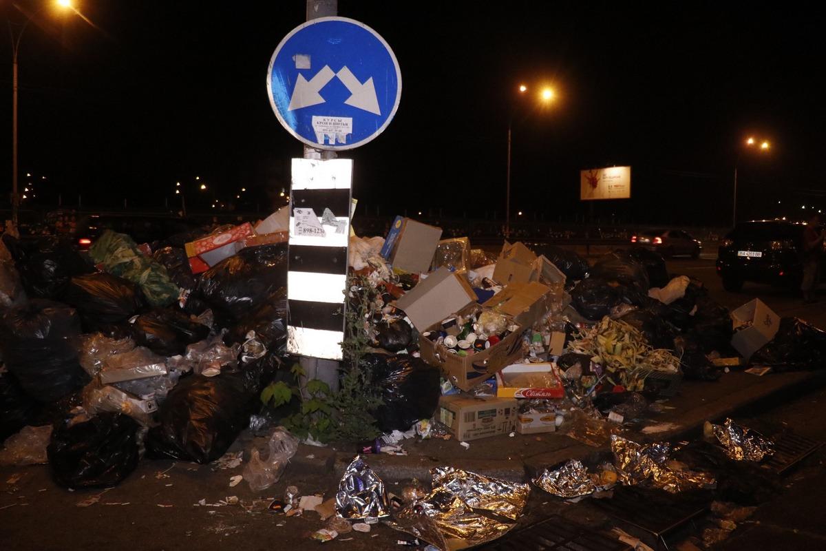 Знак указывает, что мусор повсюду