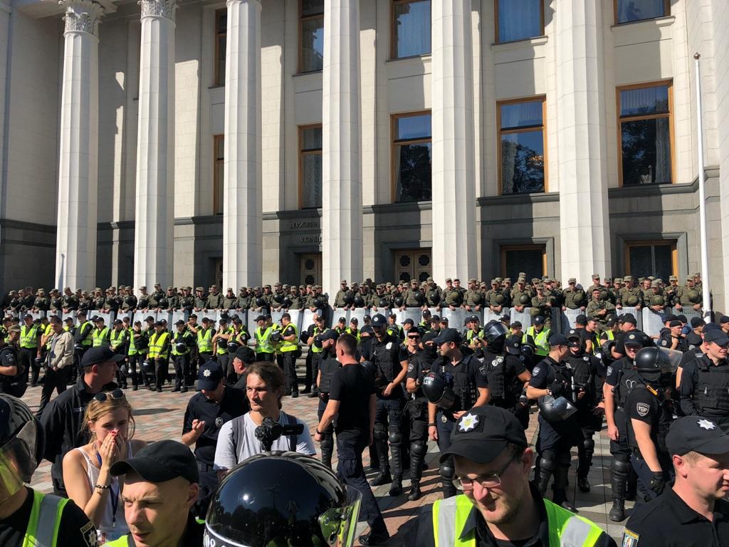 Полиция усилила кордон охраны здания ВР