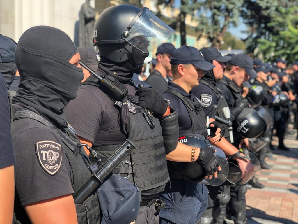 Полицейский во время прорыва активистов к зданию парламента повредил ногу о металлическое ограждение
