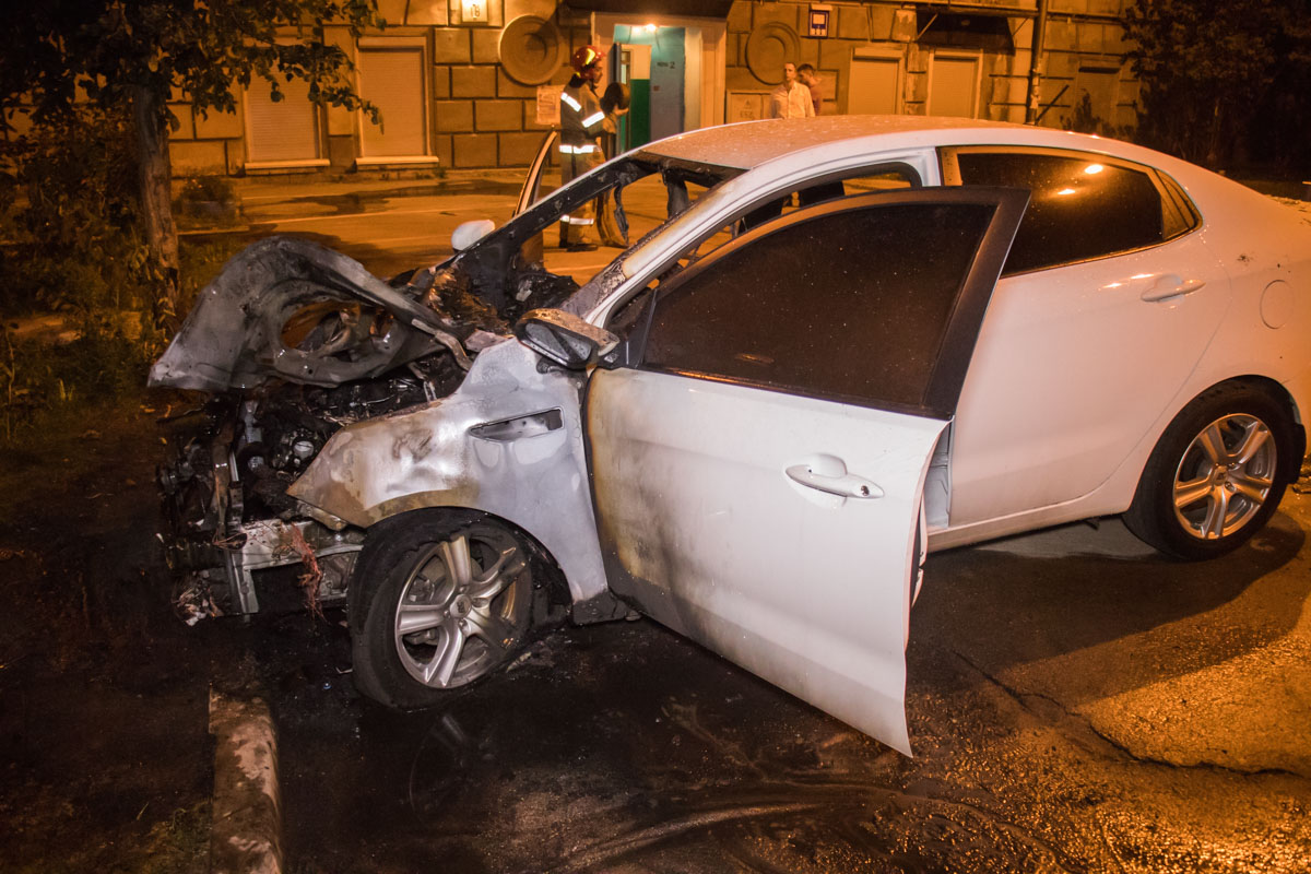 6 сентября, во дворе дома по адресу Гарматная,18 произошел пожар в припаркованном во дворе автомобиле KIA RIO