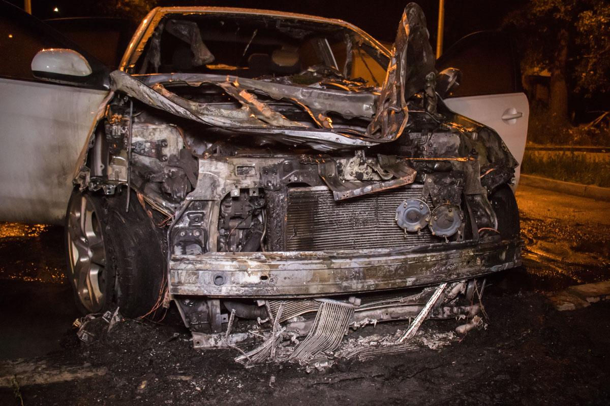 Огонь сильно повредил машину