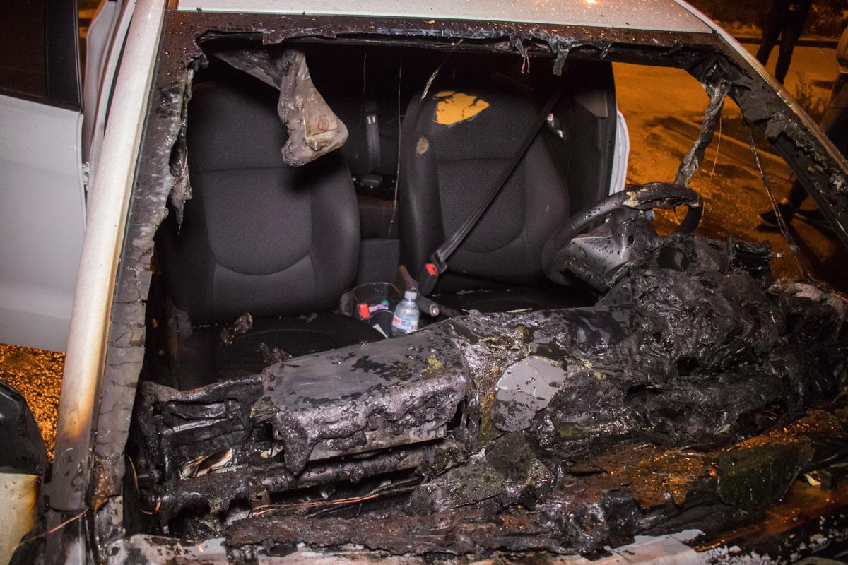 Огонь уничтожил моторный отсек машины и частично повредил салон