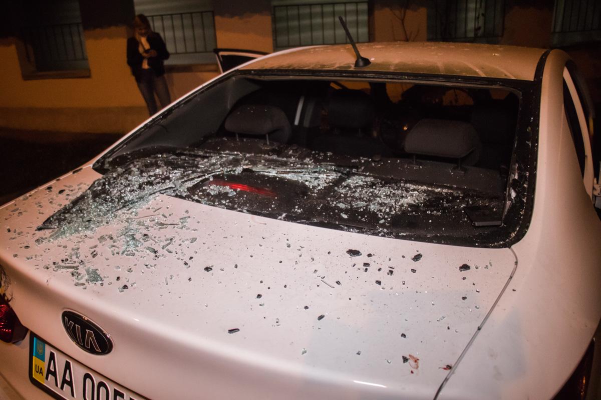По предварительной информации, владелец KIA пытался включить сигнализацию, разбив стекло