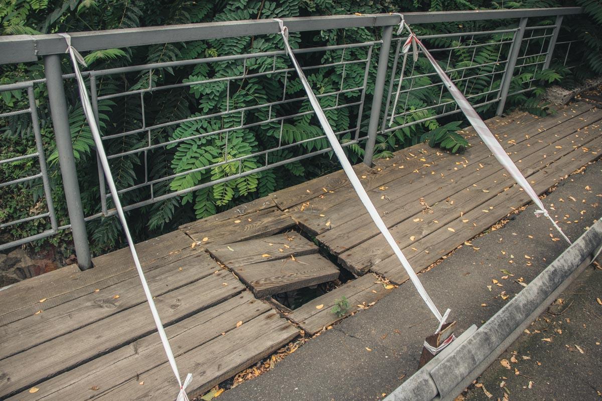 На мосту немало дыр в ветхих досках
