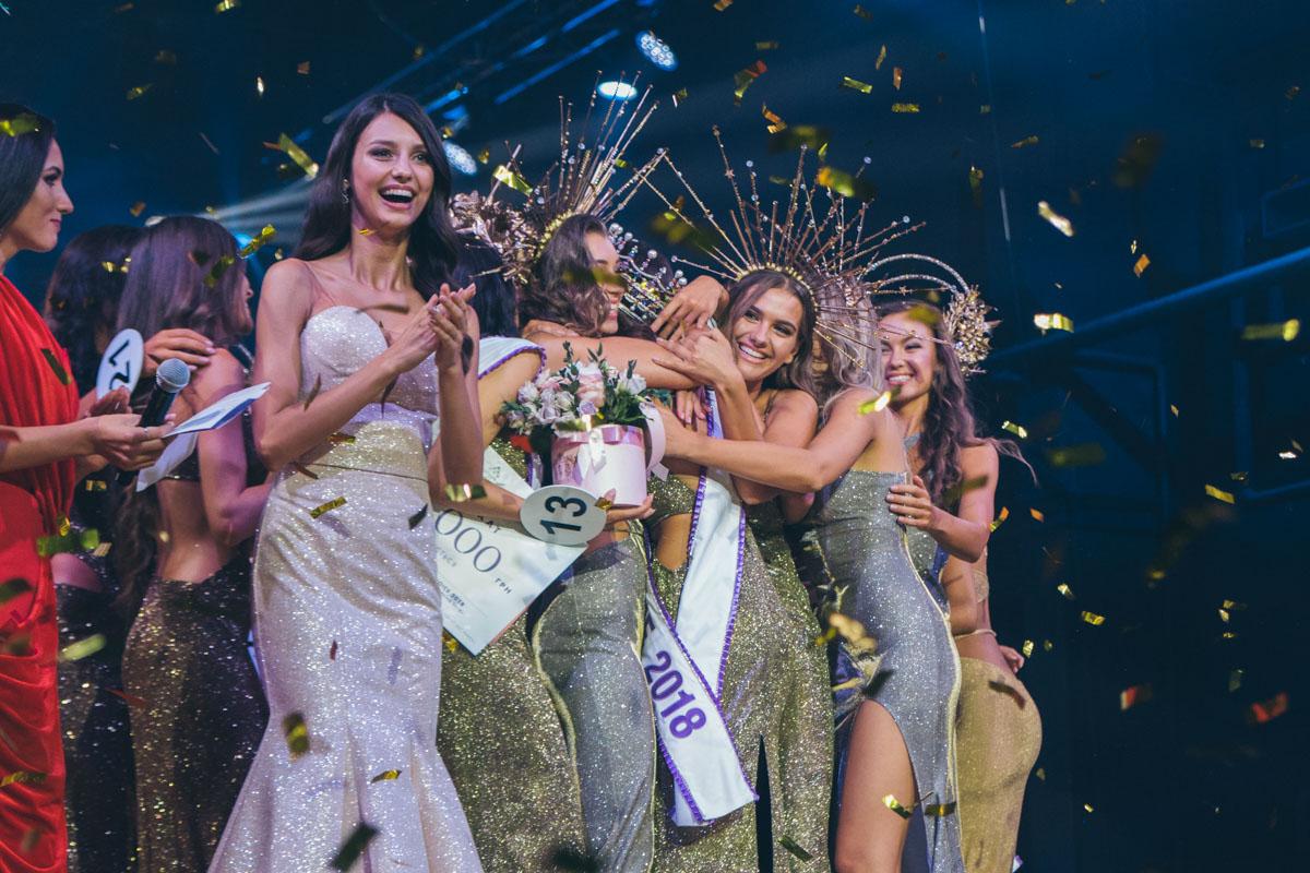Корону передала Мисс Украина 2017 Полина Ткач
