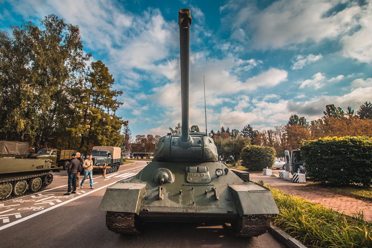 Подчеркивают разнообразие экспонатов машины военной техники
