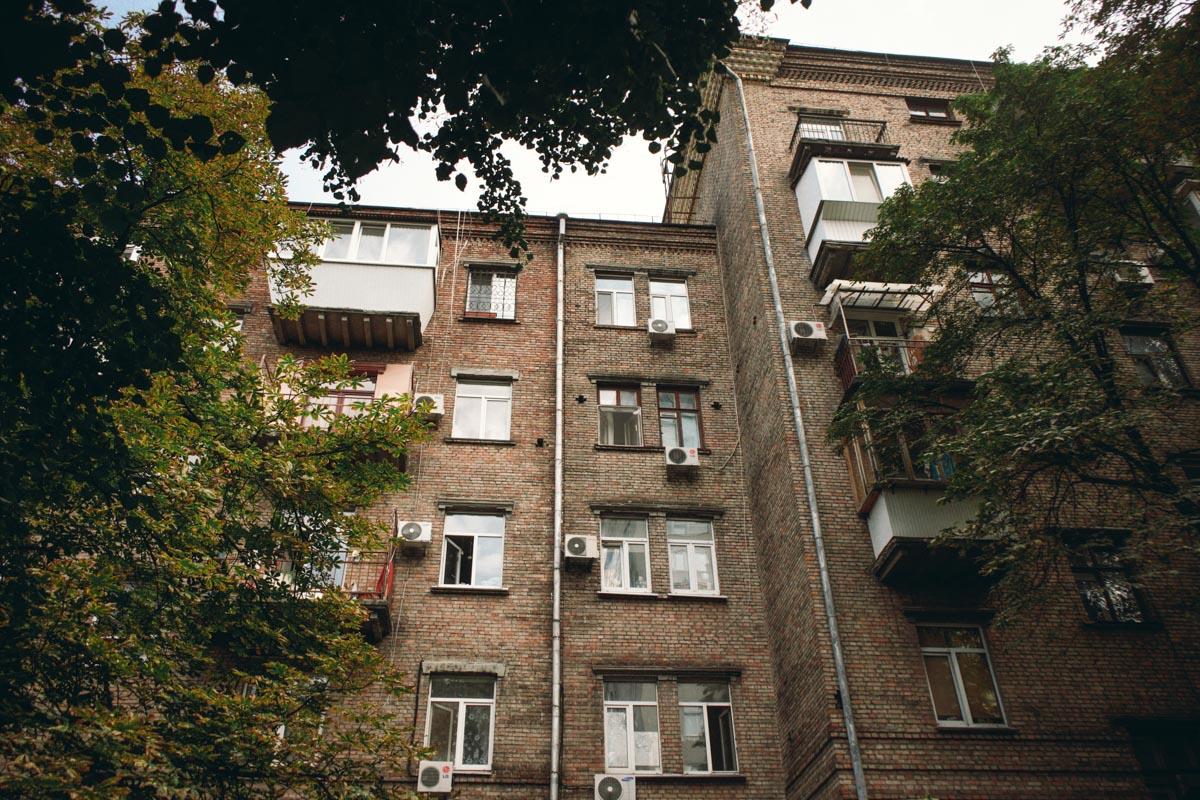 По предположению парня девушки, стрелять могли из окна или балкона одного из домов, стоящих рядом