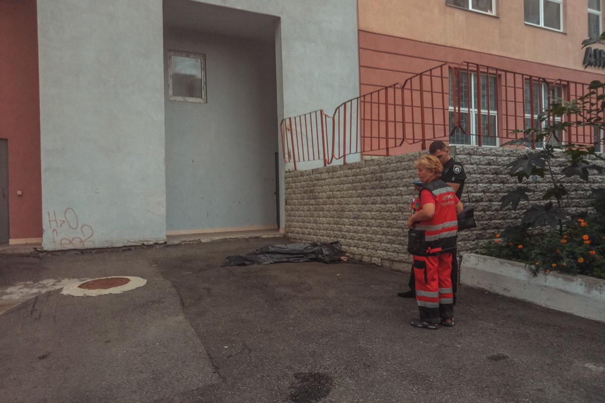 Соседка уверяет, что на руке у погибшей был записан номер телефона