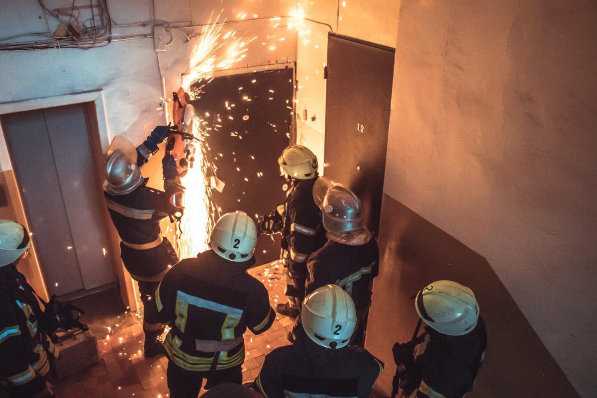 Пожарным пришлось срезать входные двери