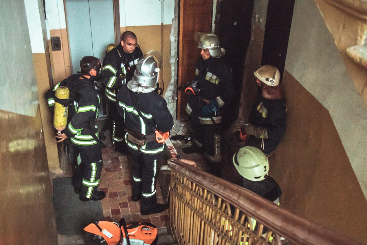 После открытия второй двери из коридора повалил едкий дым