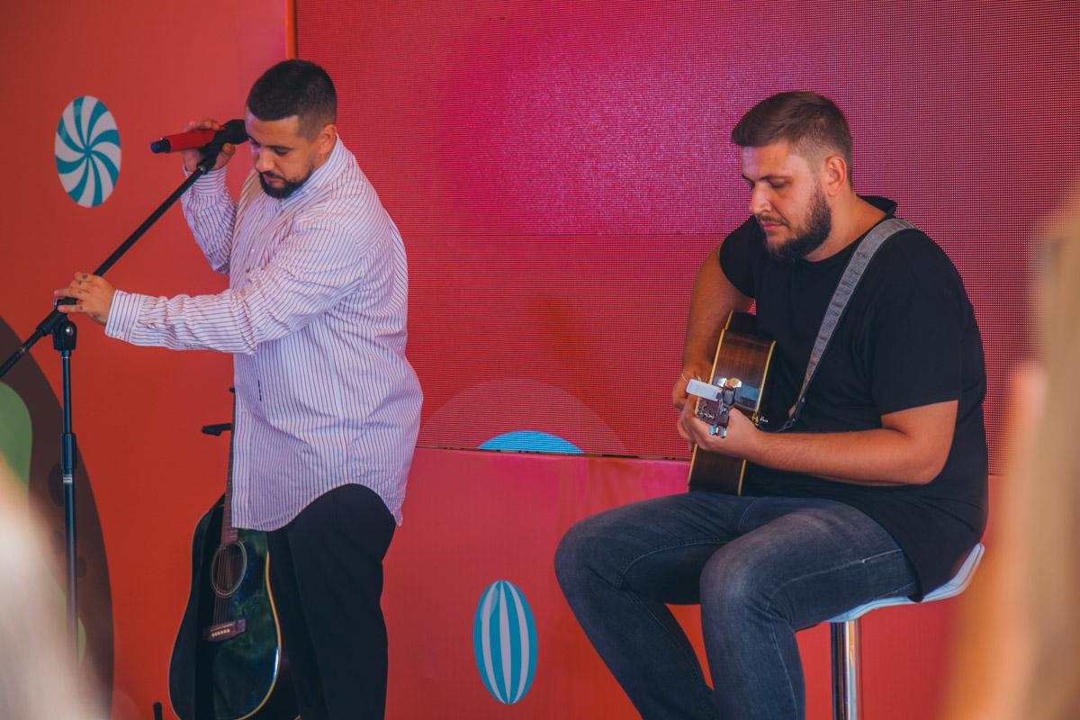 MONATIK рассказал детям историю из жизни и спел несколько песен