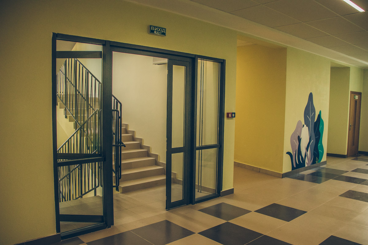 Для таких деток есть специальные пандусы, лифты