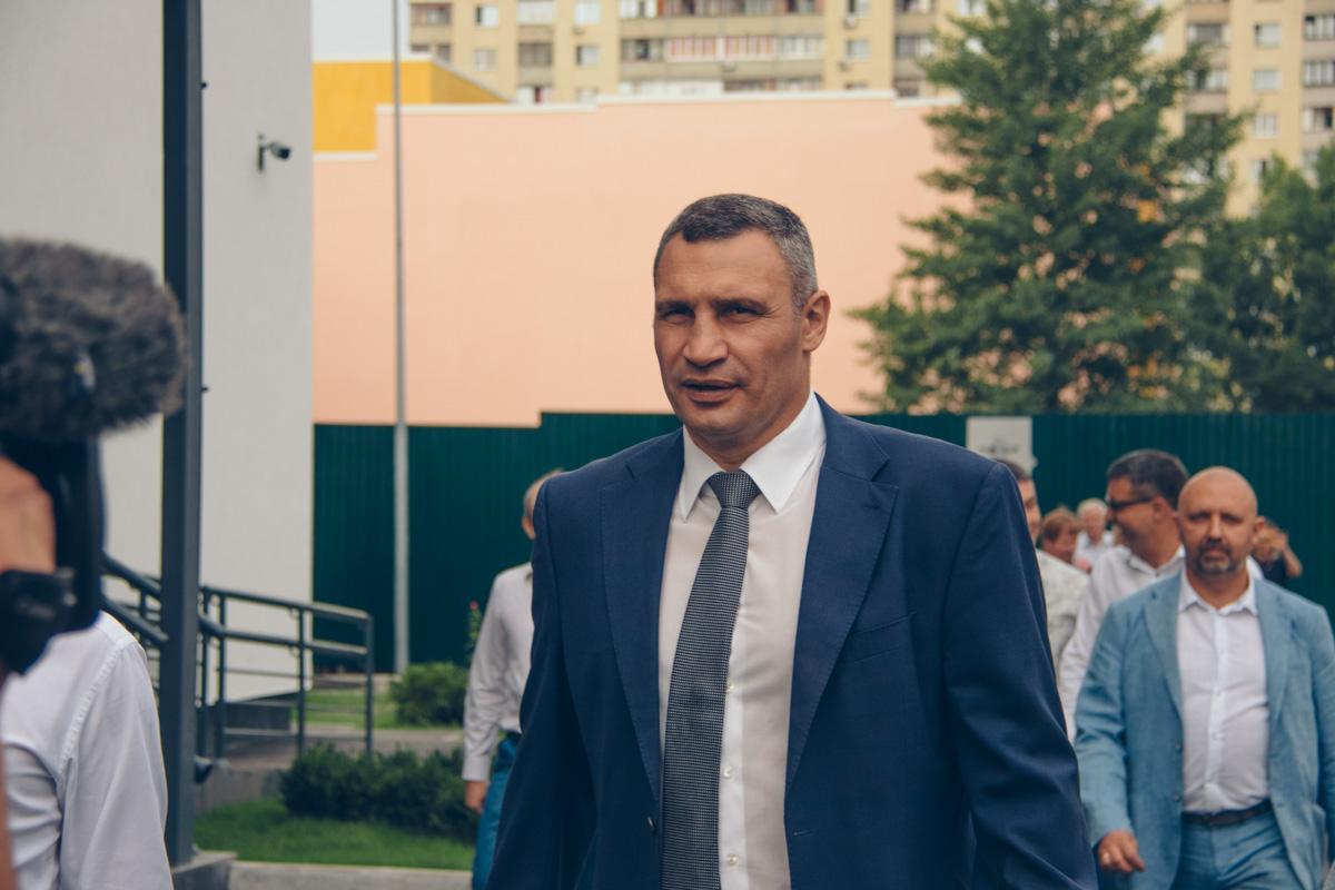 На линейку пришел мэр Киева Виталий Кличко