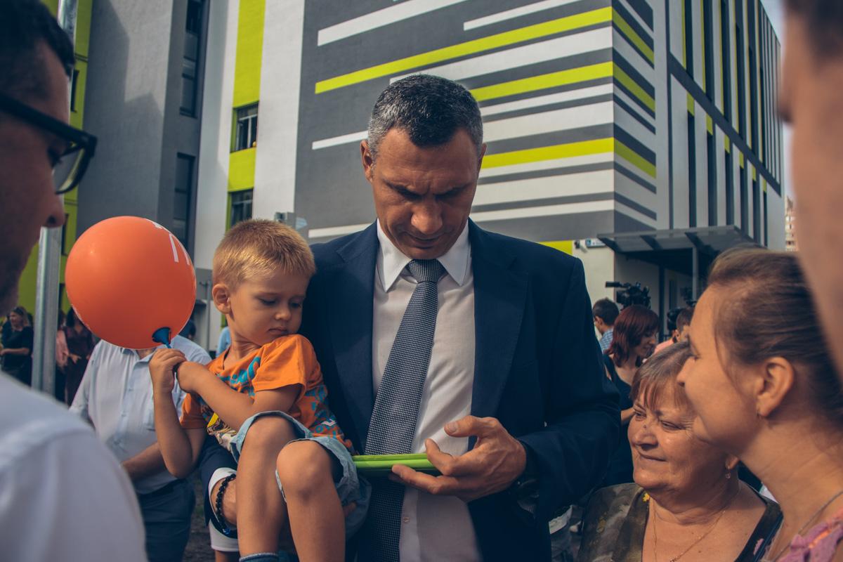 Также мэр поздравил учителей и учеников