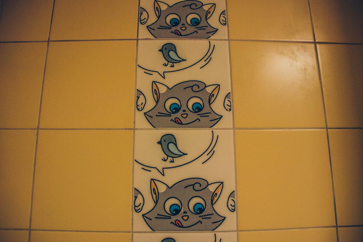 """На стенах школы и даже в туалетах """"живут"""" веселые картинки, которые расслабляют малышей и поднимают им настроение"""