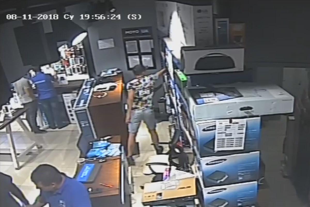Момент кражи смартфона магазине электроники в Днепре