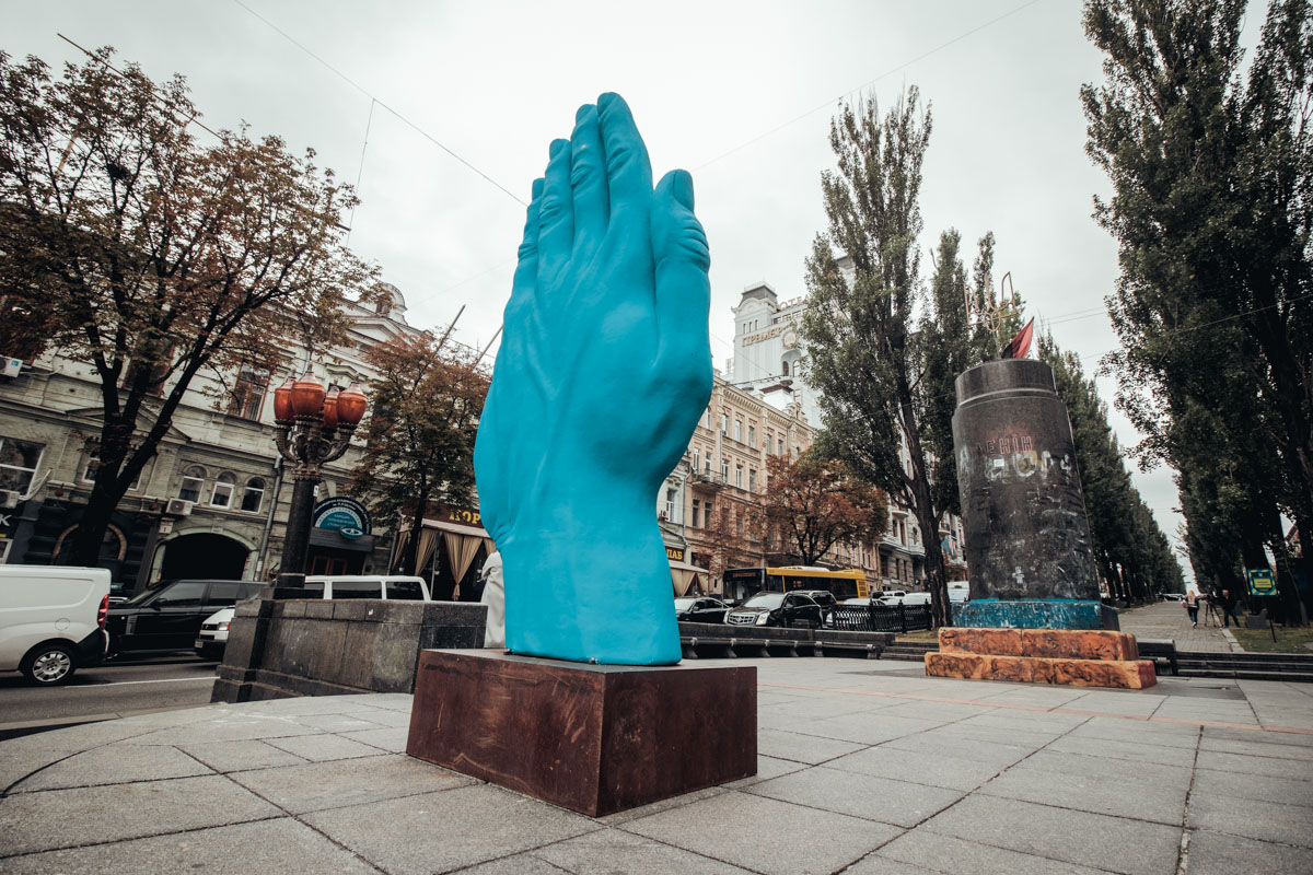 Гигантская синяя рука символизирует дружбу и общение