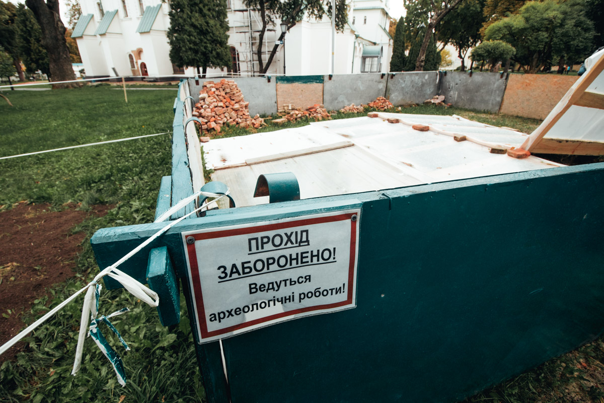На территории Софийского собора в апреле образовался провал