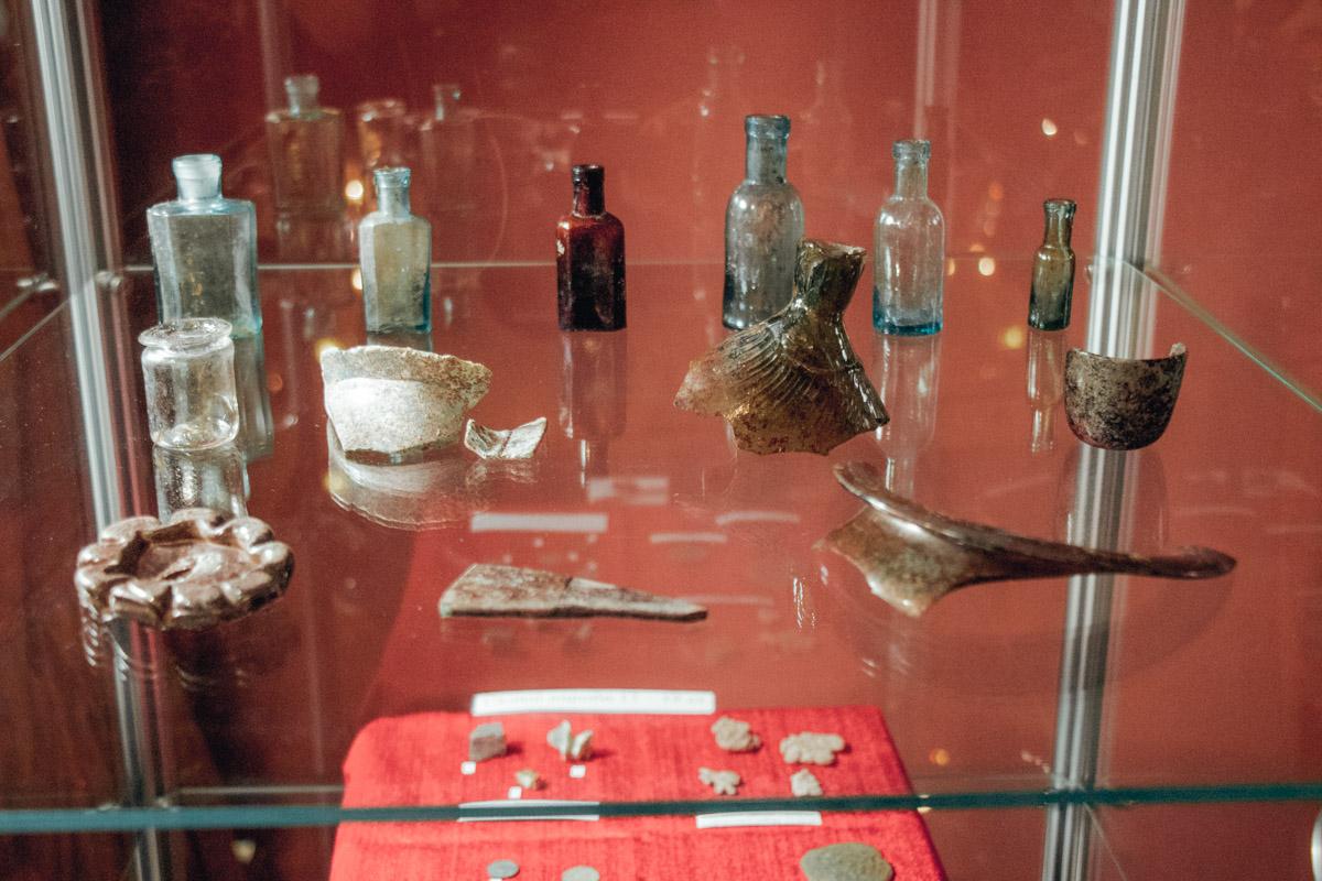 В раскопках удалось найти части керамической посуды, бронзовую шпильку и даже печать