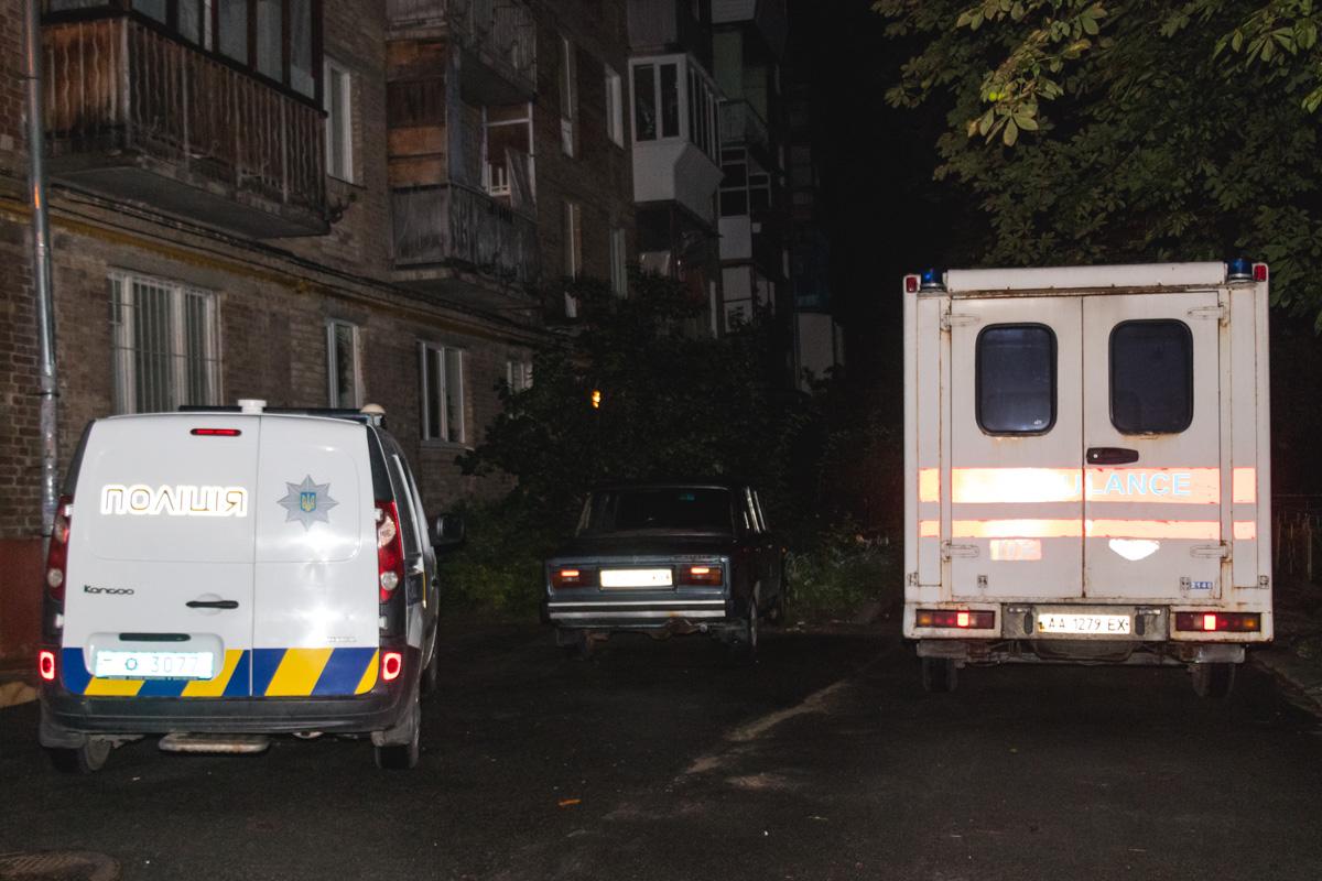 11 сентября во дворе жилого дома по адресу улица Вышгородская, 52, нашли труп мужчины