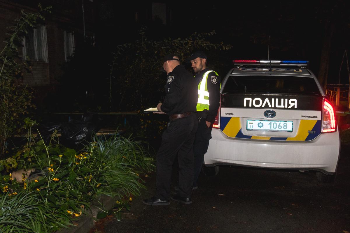 Сотрудники следственно-оперативной группы осмотрели место находки тела и провели обыск на наличие личных вещей