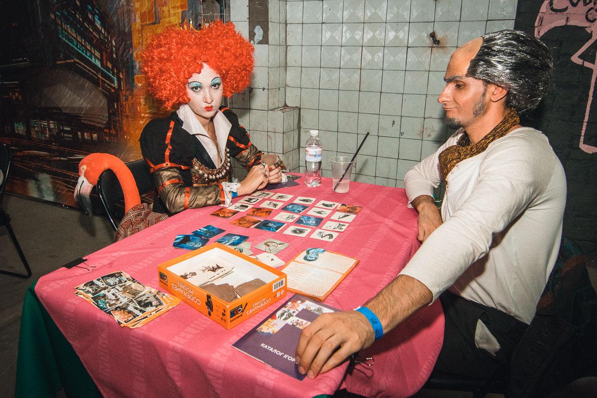 """Червонная королева играет в настольные игры со злодеем из Лемони Сникет """"33 несчастья"""". Какое же зло победит?"""