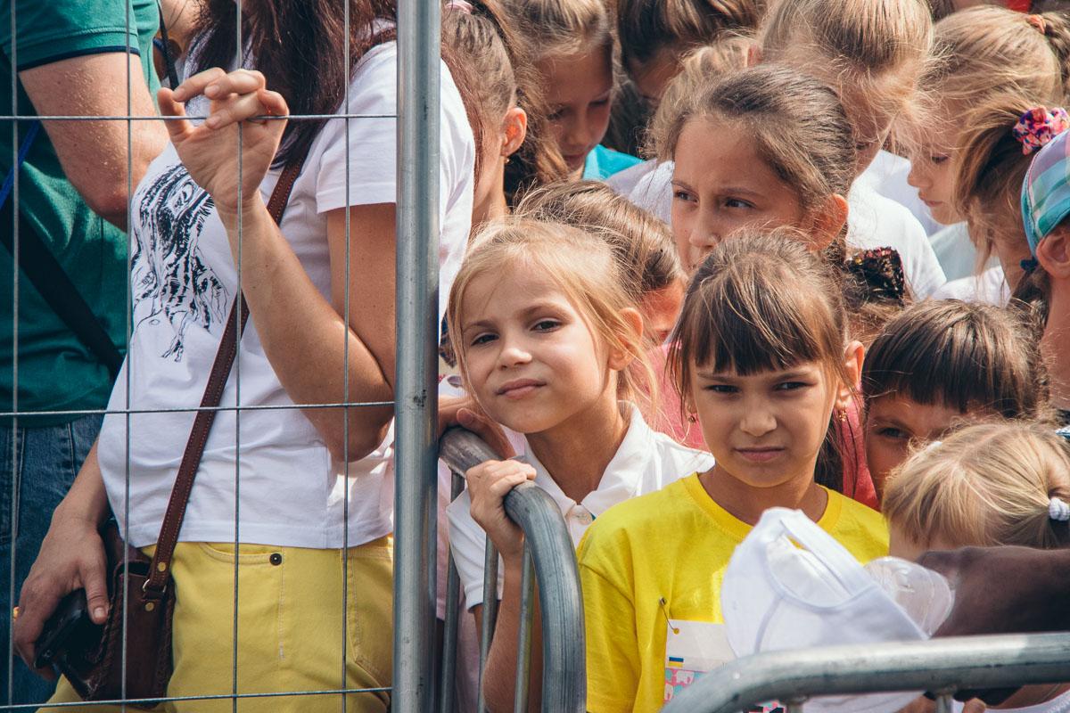 Девчонки наблюдали, как мальчики пробегут свою дистанцию