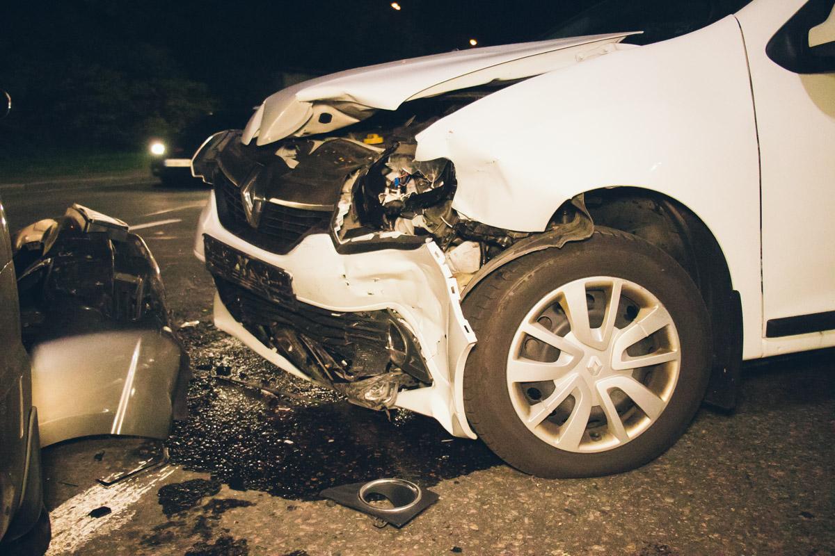 На Набережном шоссе возле моста Метро произошла авария с участием автомобилей Honda Civic, Renault Logan и Fiat Doblo