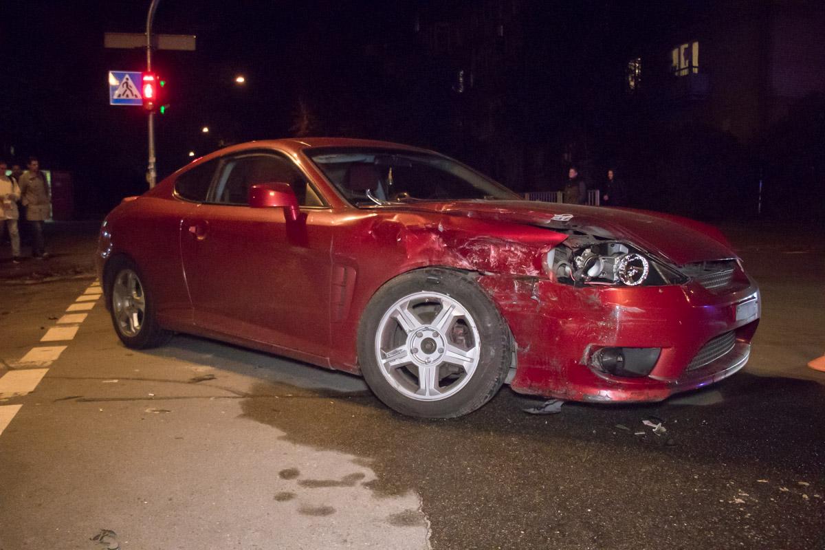 Девушка-водитель наHyundaiTiburon пыталась развернуться на перекрестке