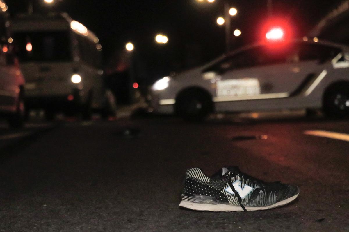 Женщина побежала прямо через Столичное шоссе, пренебрегая подземным переходом, где ее и сбил микроавтобус