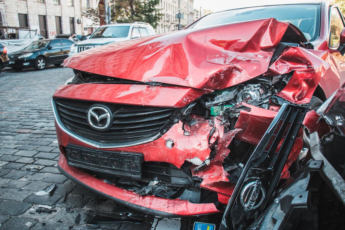 Оба автомобиля получили серьезные повреждения