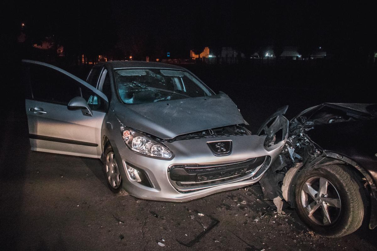 3 сентября в Киеве на Оболони столкнулисьNissan Qashqai и Peugeot 308