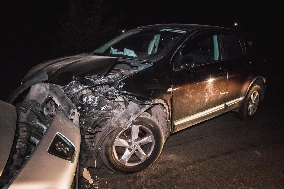 По словам участников ДТП изNissan, водитель 308 вместе с пассажиром вышли с бутылкой водки из автомобиля и сбежали