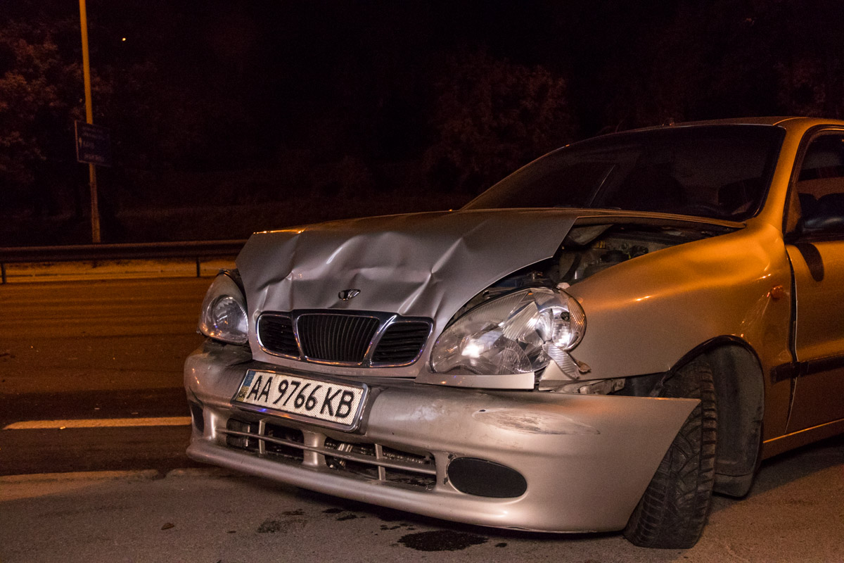 Водители Lanosa и Renault успели отбежать в последний момент