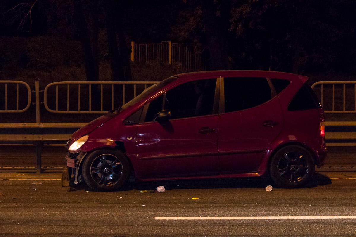 Mercedes от удара развернуло и выбросило в крайний левый ряд
