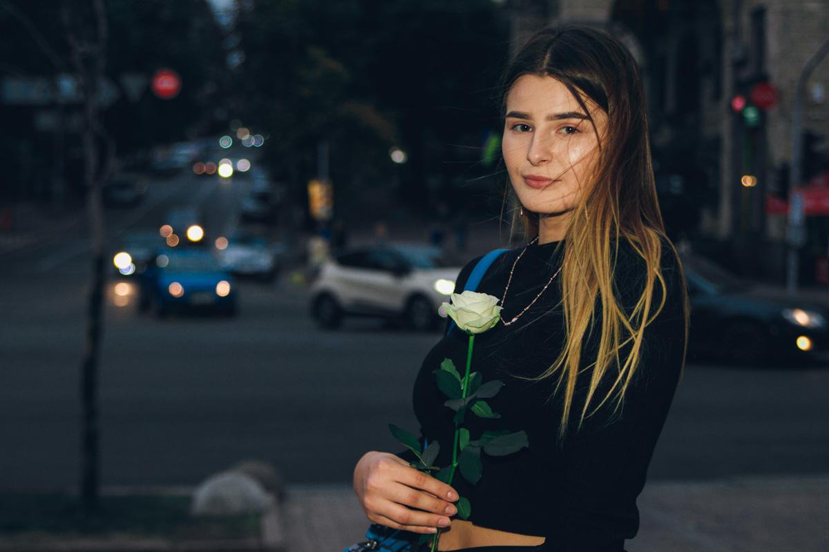 Такая же нежная, как цветок в ее руках