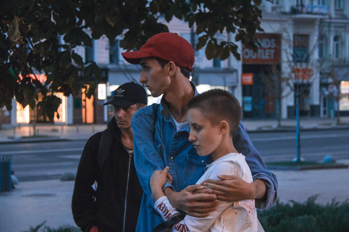 На улице Крещатик толпа подростков напала на представителей ЛГБТ