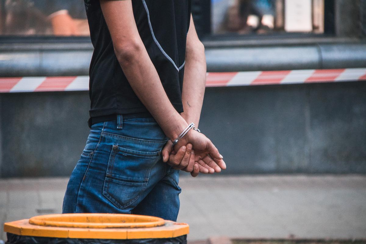 Увидев правоохранителей, подростки принялись выбрасывать все вещественные доказательства