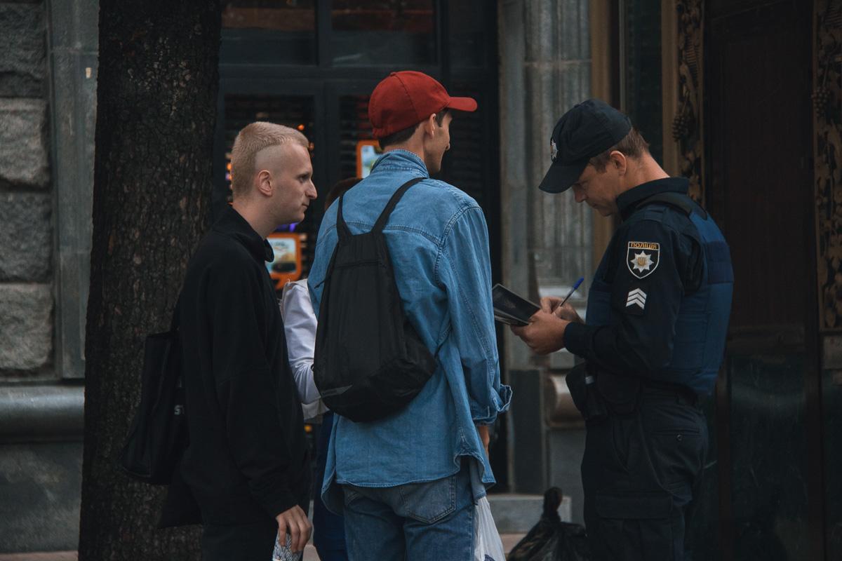 Копы надели на парней наручники а их спутницы устроили истерику