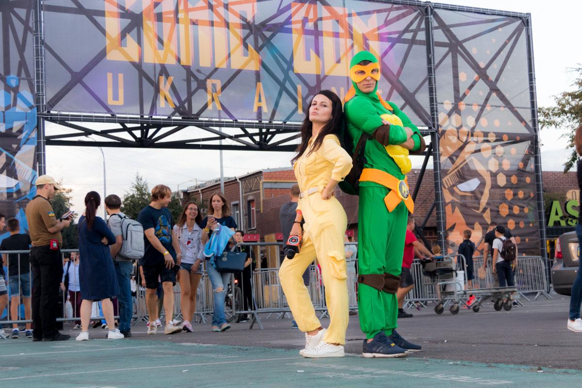 Информатор тоже подготовил костюм. Мы выбрали персонажей стороны добра - Черепашку Микеланджело и репортера Эйприл О'Нил