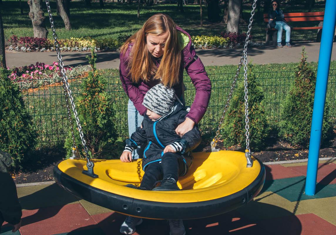 В парке появились две новые игровые площадки с необычными качелями
