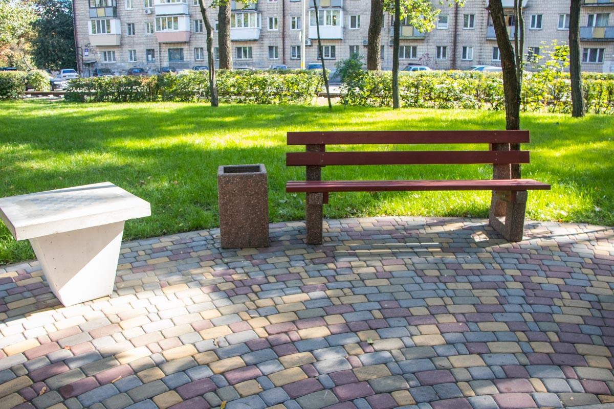 На новых лавочках в Сырецком парке приятно отдыхать и расслабляться