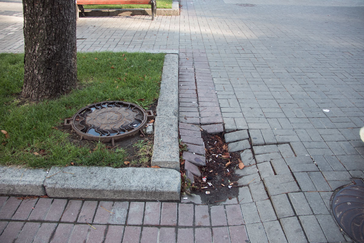 Во многих местах на Крещатике провалилась плитка