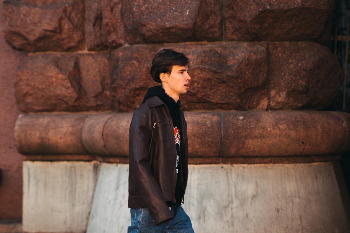 Кожаная куртка и джинсы - лучший выбор для осенней погоды