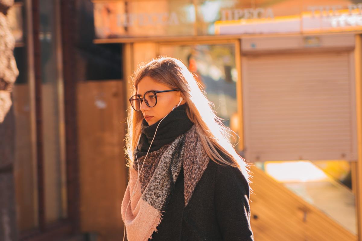 Девушка в лучах осеннего солнца