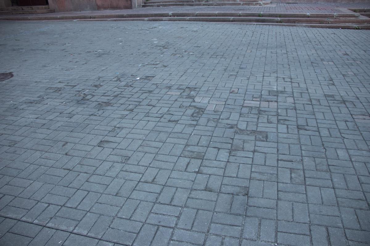 Покрытие тротуаров на Крещатике заметно износилось