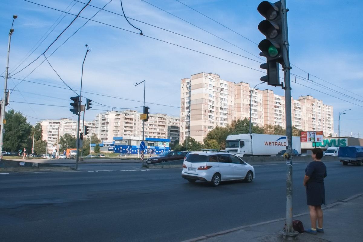 Сейчас здесь есть светофор, но нет дорожной разметки
