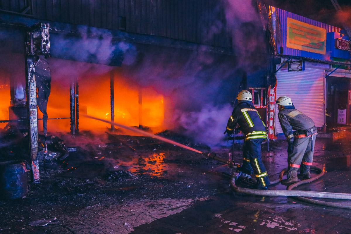 """На месте происшествия работали 3 пожарных расчета, несколько экипажей патрульной полиции, """"скорая"""" и следственно-оперативная группа"""