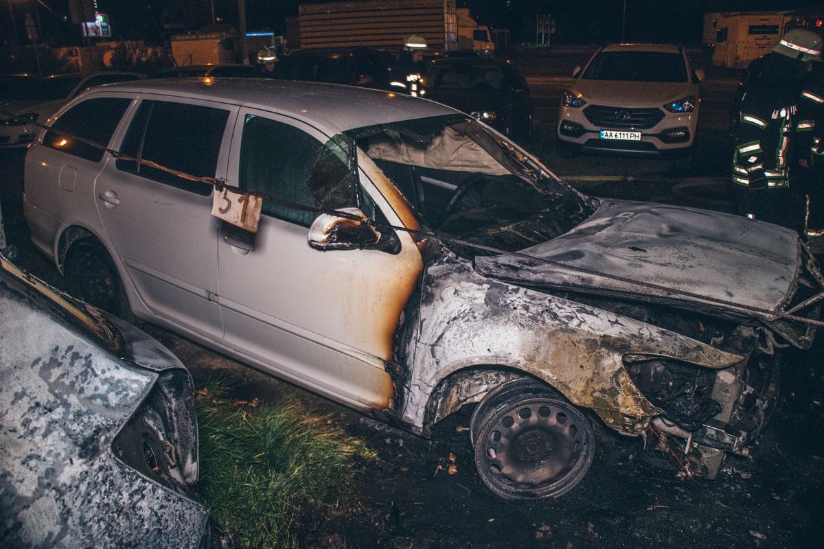 На автомобильной стоянке произошел масштабный пожар